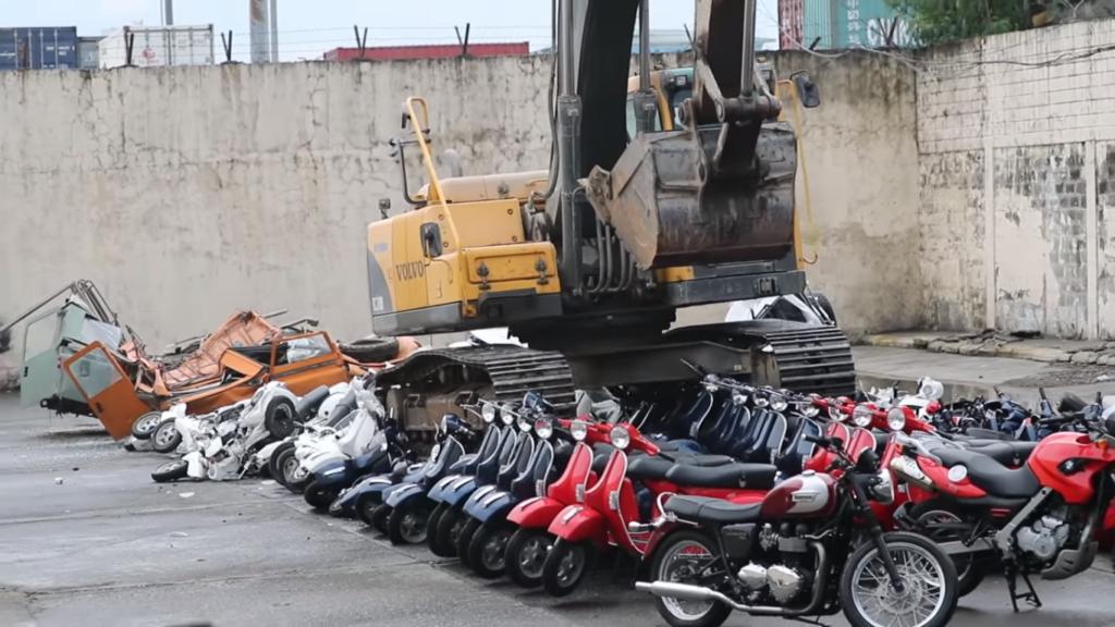 Более сотни мотоциклов и скутеров уничтожили на видео