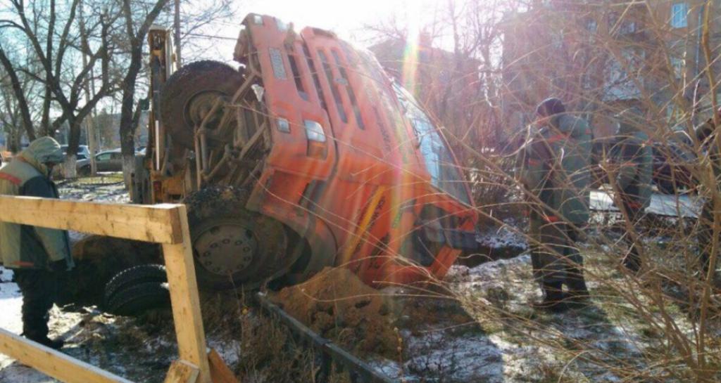 В Рубцовске грузовик «КамАЗ» провалился под землю