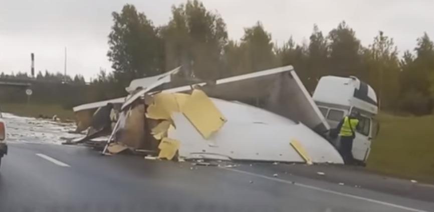 В Ярославле на трассе столкнулись и загорелись две фуры