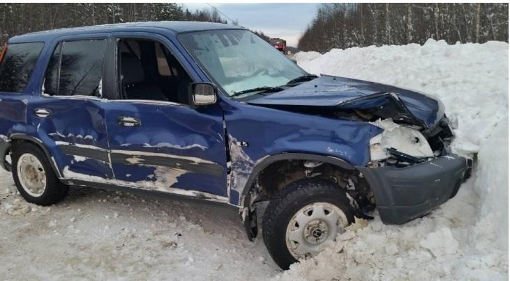 «Хонду» жестко смяло о сугроб на трассе в Коми, водитель в больнице
