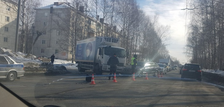 В Йошкар-Оле грузовик протаранил BMW, двое в больнице