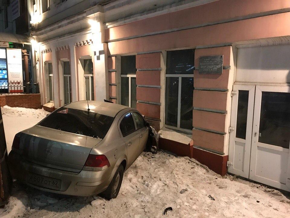 Иномарка разбилась о здание вуза в Рязани