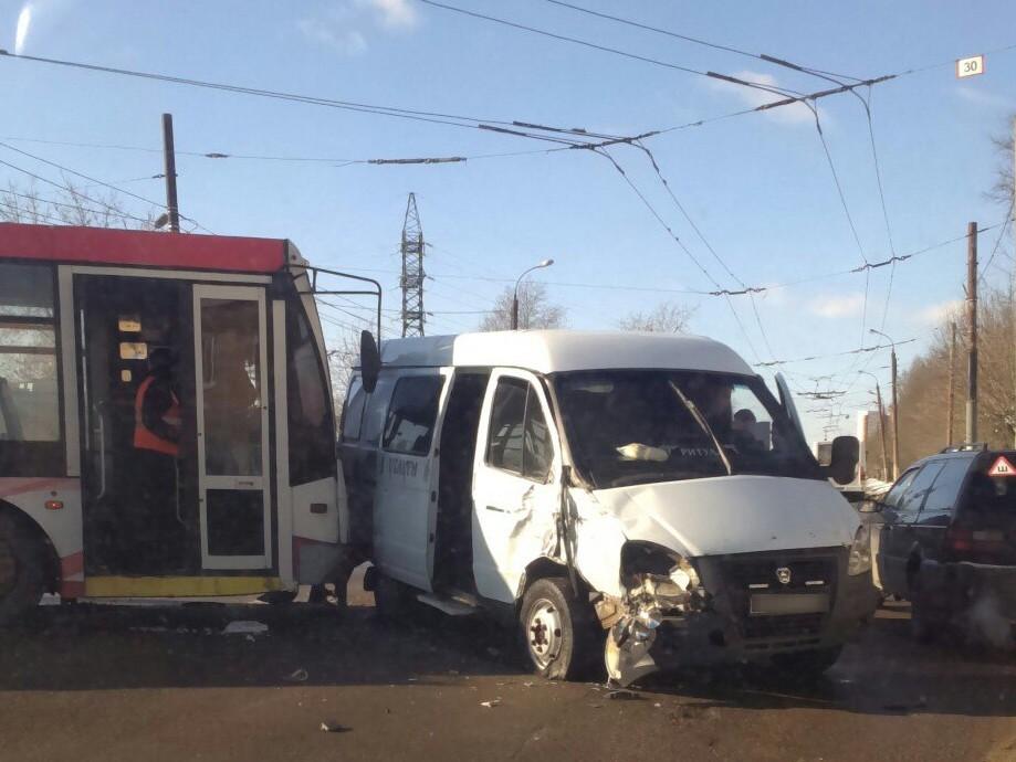Троллейбус и катафалк столкнулись в Твери