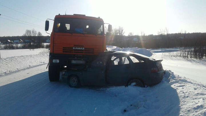 "Двое пострадали в жутком ДТП легковушки и ""КамАЗа"" в Башкирии"