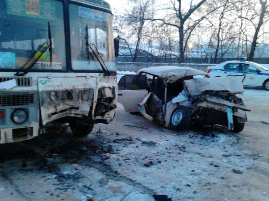 Врезался в автобус, уходя от погони, пьяный водитель в Уфе