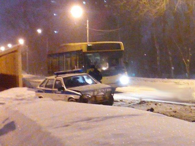 Автомобиль полиции протаранил автобус в Перми