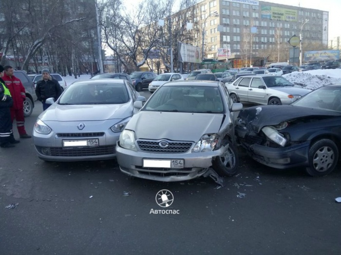 Три автомобиля столкнулись в Новосибирске перед Октябрьским мостом