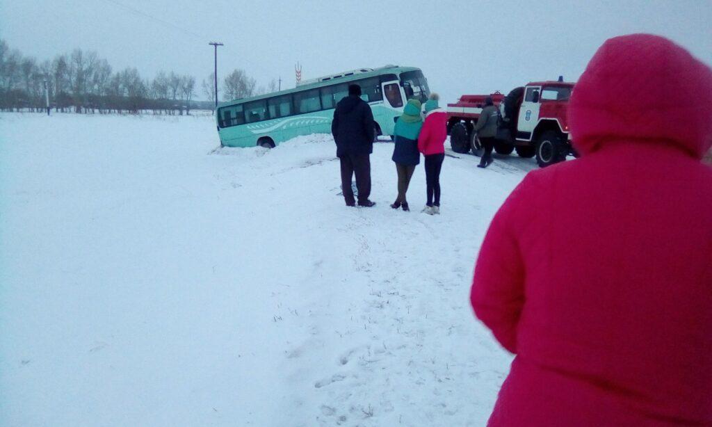 Cлетел с трассы в Алтайском крае пассажирский автобус