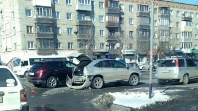 В результате ДТП в центре Барнаула кроссовер остался без бампера