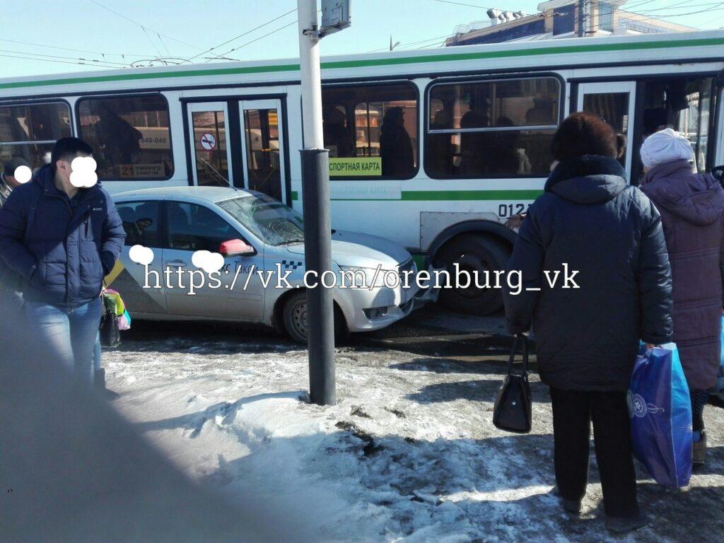 21 автобус протаранил такси в центре Оренбурга