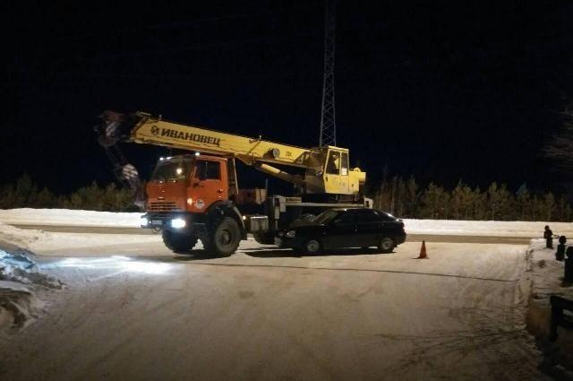 Легковушка врезалась в КамАЗ в Югре, пострадала пассажирка