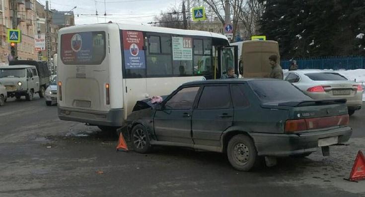 Молодой водитель протаранил автобус на перекрестке Ленина и Громобоя в Иванове