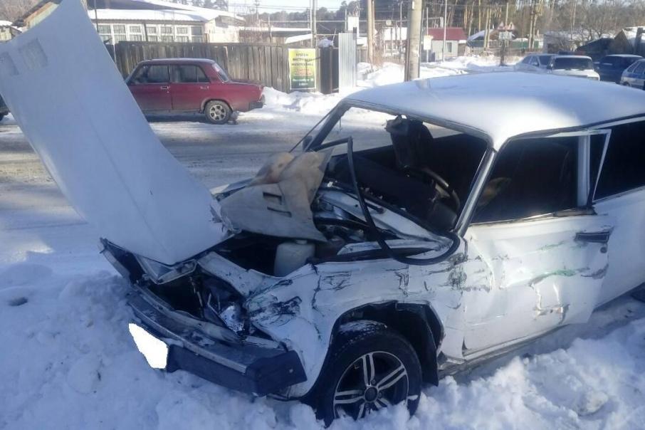 Цементовоз в Шадринске не уступил дорогу ВАЗу, двое пострадали