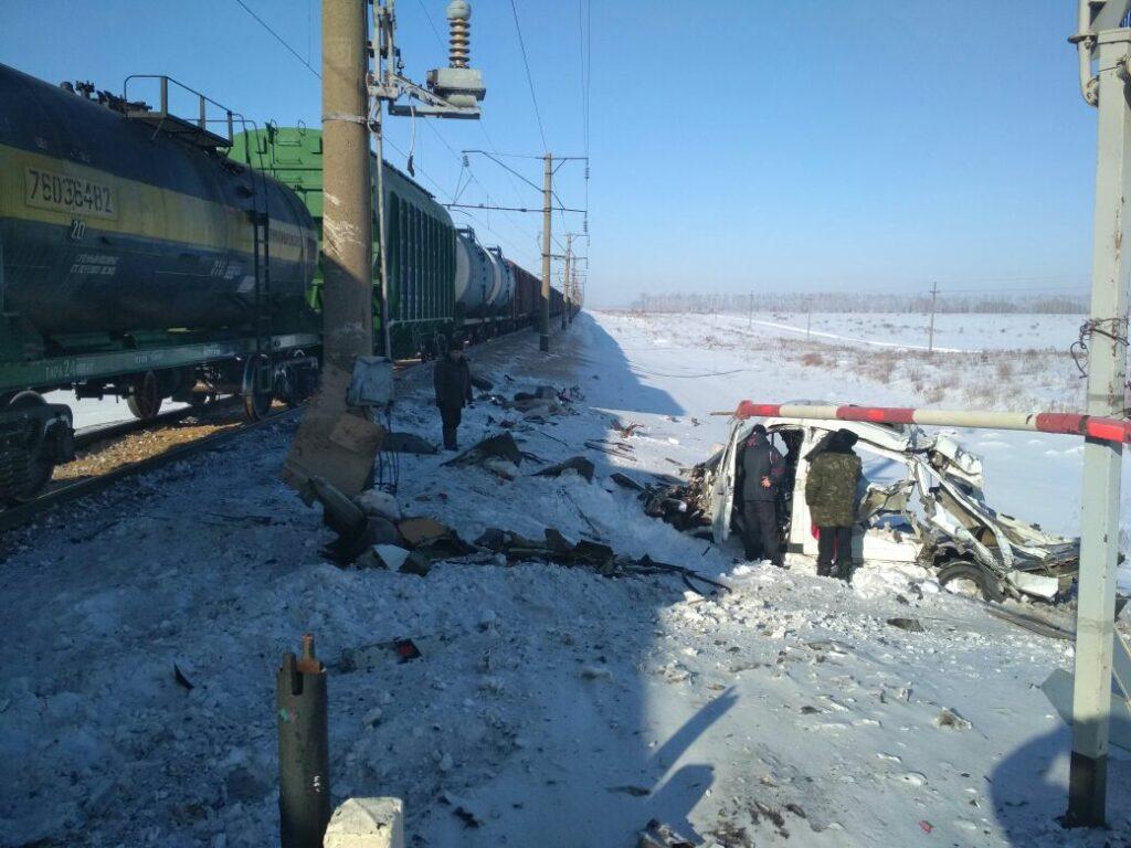 В Алтайском крае грузовой поезд жестко протаранил «Газель»