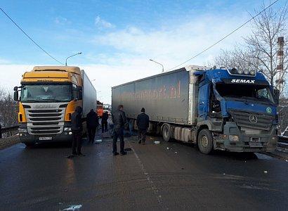 Две фуры столкнулись на Южной окружной в Рязани и парализовали движение