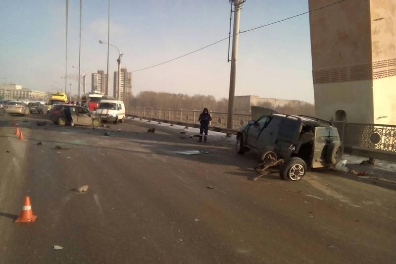 Жуткое лобовое ДТП на Октябрьском мосту, пострадали три человека