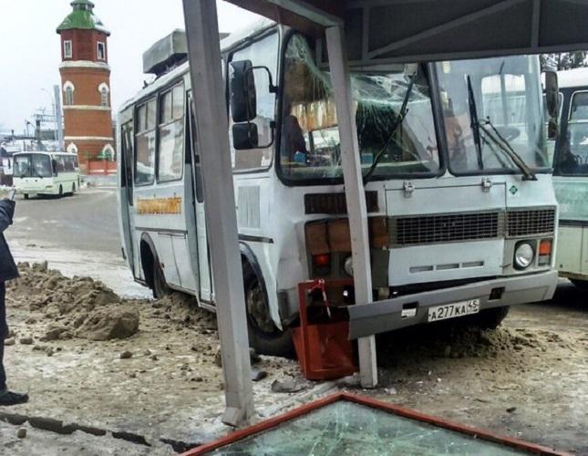 Гололед в Кургане: ПАЗ разбил автобусную остановку