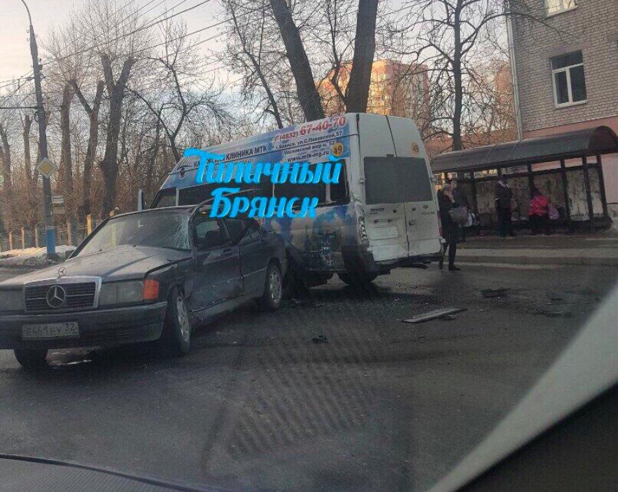 Маршрутка №49 протаранила «Mercedes» на Советской в Брянске