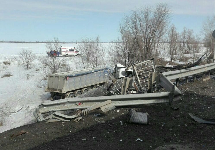 На Саратовской трассе фура с лопнувшим колесом вылетела в кювет, водитель в больнице