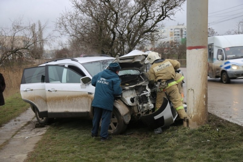 Автоледи на иномарке врезалась в столб в Керчи