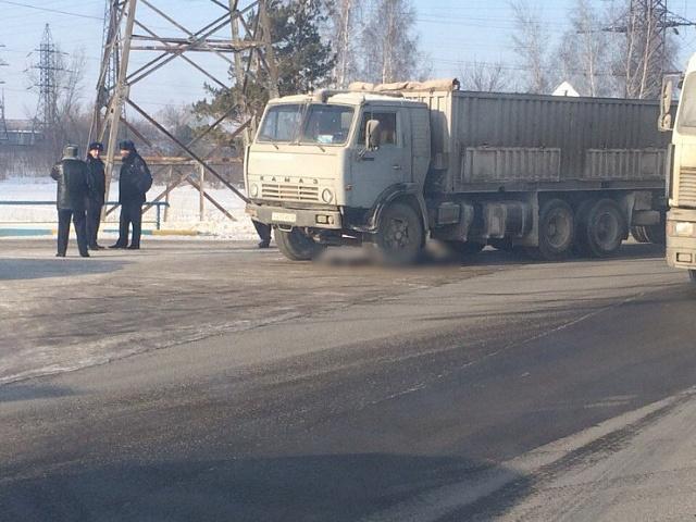 Насмерть сбил пешехода водитель КамАЗа в Барнауле