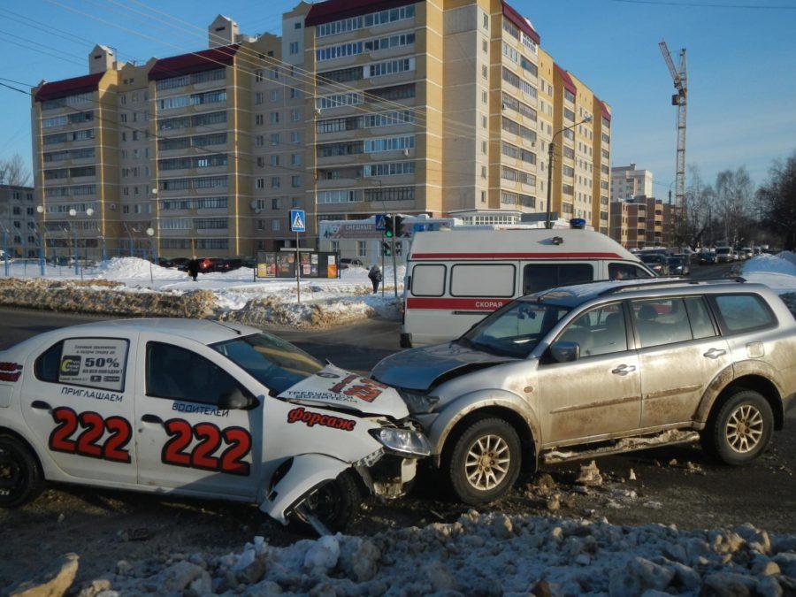 Водитель Mitsubishi Pajero протаранил такси в Костроме
