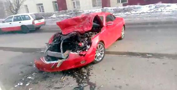 Красный «Лексус» жестко врезался в пассажирский автобус в столице Камчатки