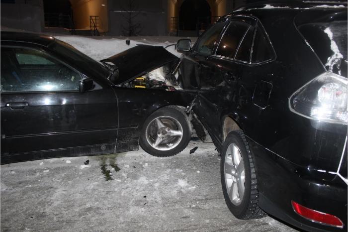 Автоледи на «BMW» в Салехарде на встречке жестко врезалась в «Lexus»
