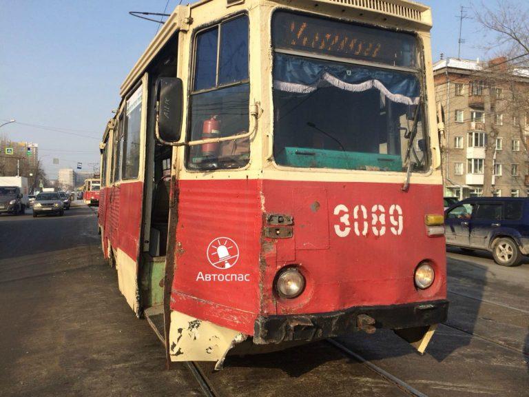На Трикотажной трамвай №14 протаранил кроссовер Suzuki с больной старушкой