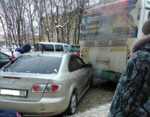 В Великом Новгороде «Мазда» жестко протаранила пассажирский автобус