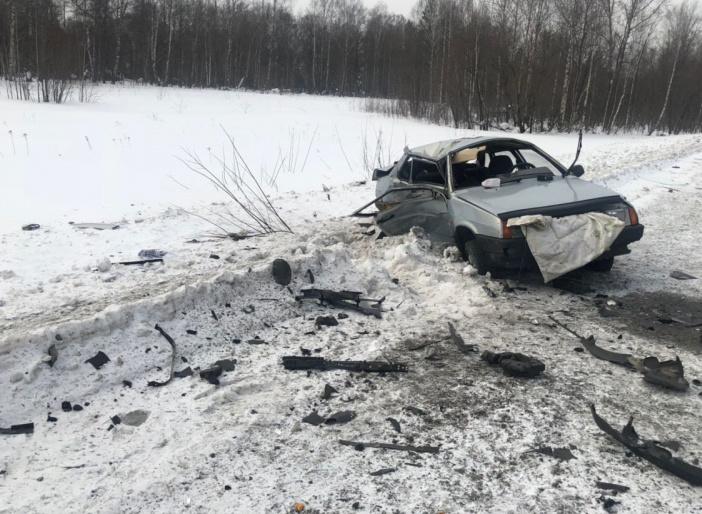 На томской трассе ВАЗ улетел в кювет после столкновения с KIA, погибла женщина
