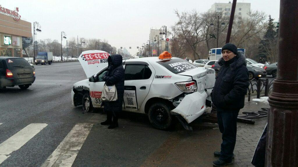 В Тюмени жесткое ДТП у светофора - пассажиры чудом остались целы