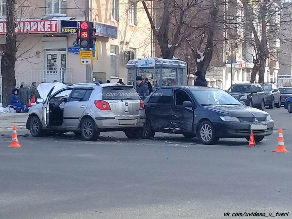 Два автомобиля жестко столкнулись на перекрестке в Твери