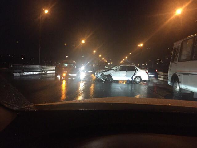 В Смоленске из-за жесткого ДТП перекрыли Крестовоздвиженский мост
