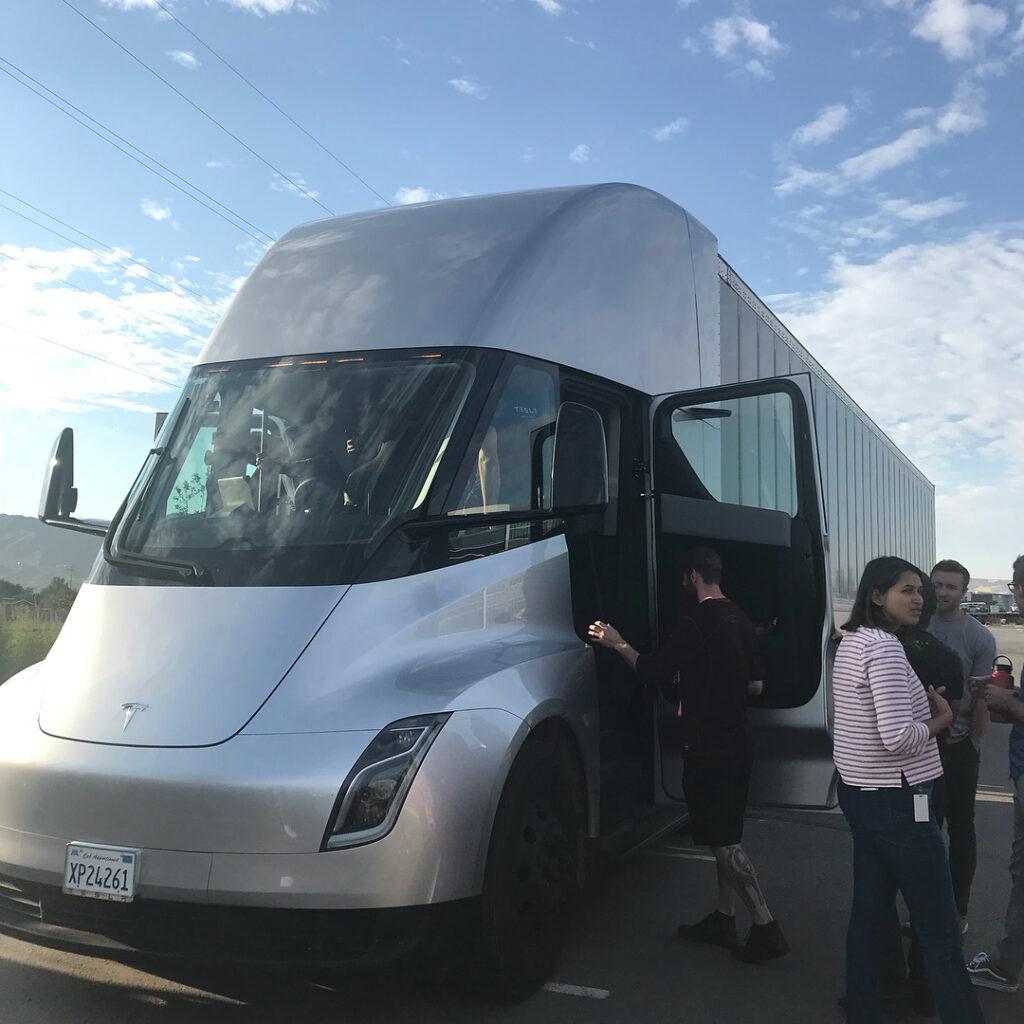Электрическую фуру Tesla Semi заметили на дорогах США