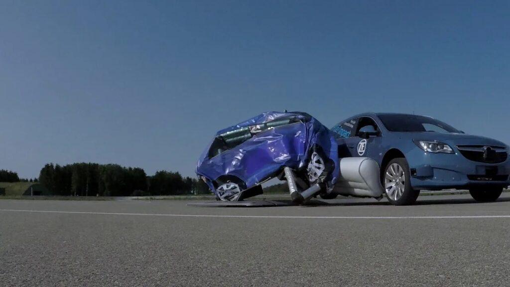 Внешняя подушка безопасности от ZF прошла первые тесты на Opel Insignia
