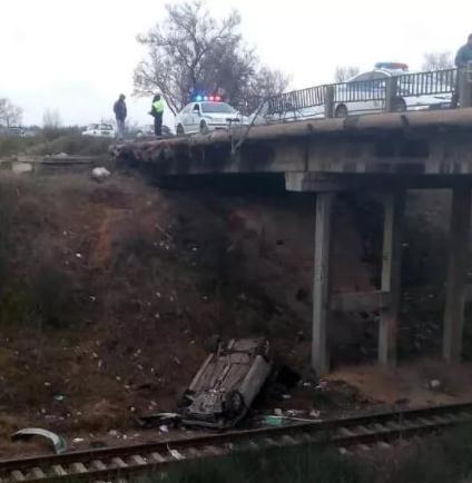 В Севастополе автомобиль вылетел с моста на рельсы, трое в больнице