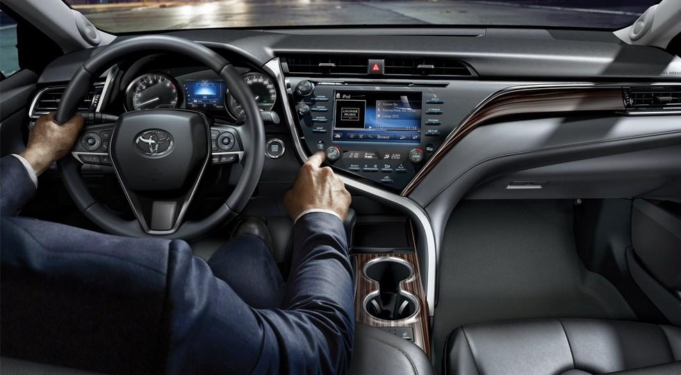 Объявлены рублевые цены на новое поколение седана Toyota Camry