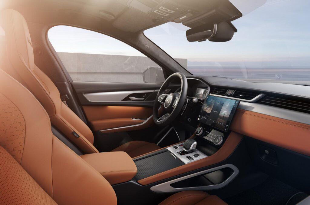 Названы комплектации обновленного кроссовера Jaguar F-Pace для России