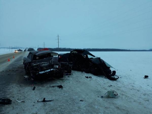 Машины всмятку, два человека погибли в жуткой аварии в Курской области