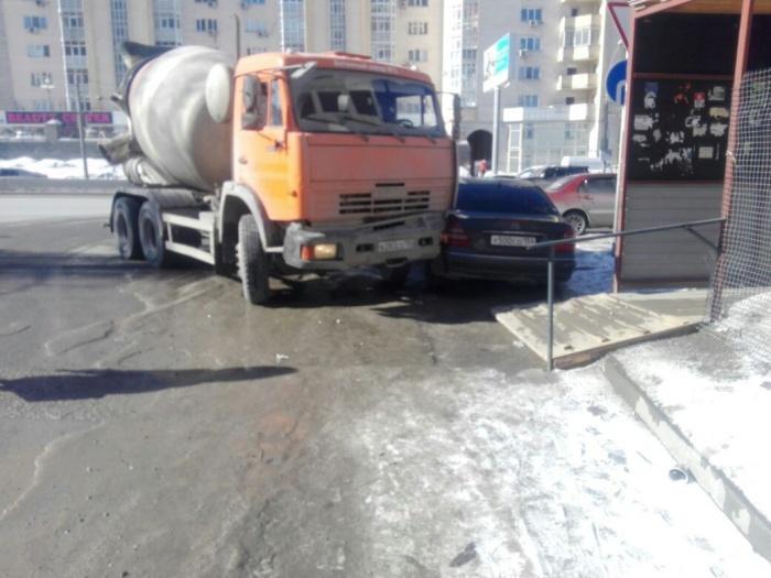 Водитель КАМАЗа в Новосибирске смял припаркованный Mercedes