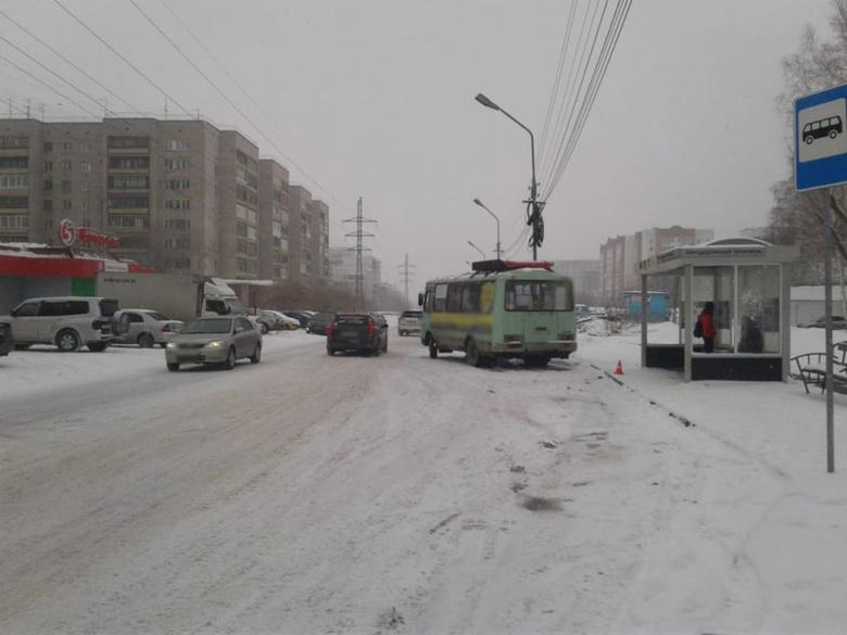 На остановке в Томске автобус сбил женщину