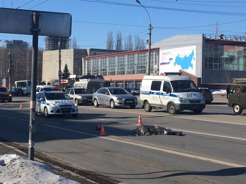 Насмерть сбил женщину и скрылся грузовик в центре Липецка