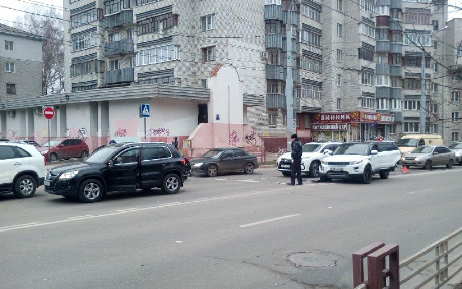 Брянск: в ДТП спровоцированном Range Rover у школы пострадал ребенок