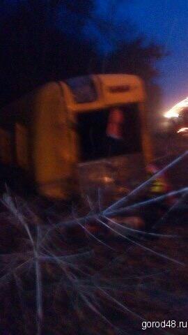 «КамАЗ» снес автобус с дорожниками на дороге под Липецком