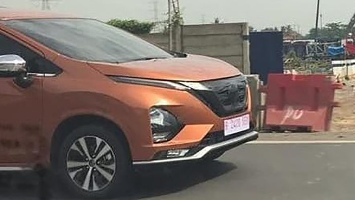 Nissan тестирует перелицованный Mitsubishi Xpander