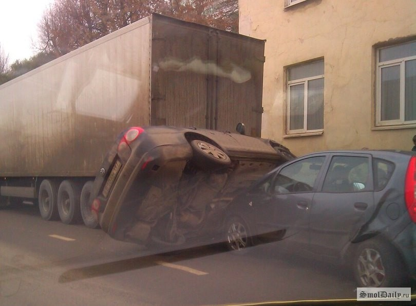 Массовое ДТП в Смоленске: легковушку зажало между фурой и Ниссаном