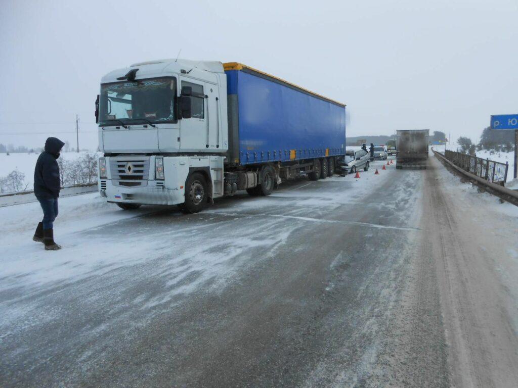 Водитель «ВАЗа» погиб в жутком ДТП с грузовиком в Удмуртии