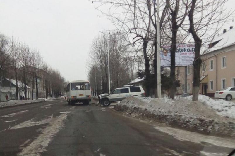 В Биробиджане столкнулись внедорожник и пассажирский автобус