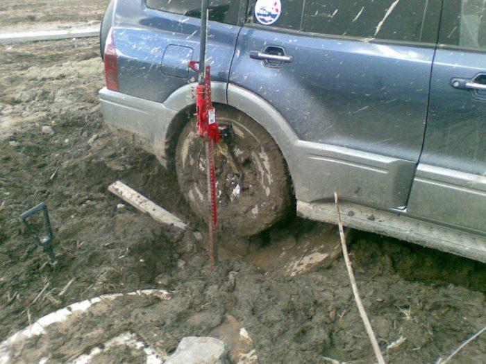 Механический реечный домкрат поможет вытянуть автомобиль из трясины